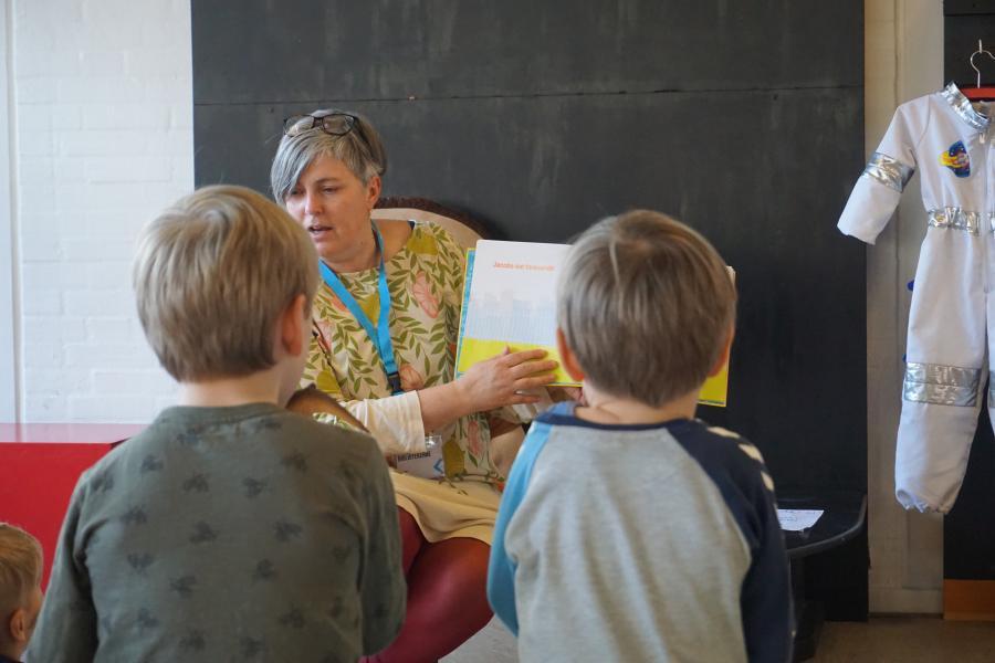 Karen læser højt for børn i børnebiblioteket