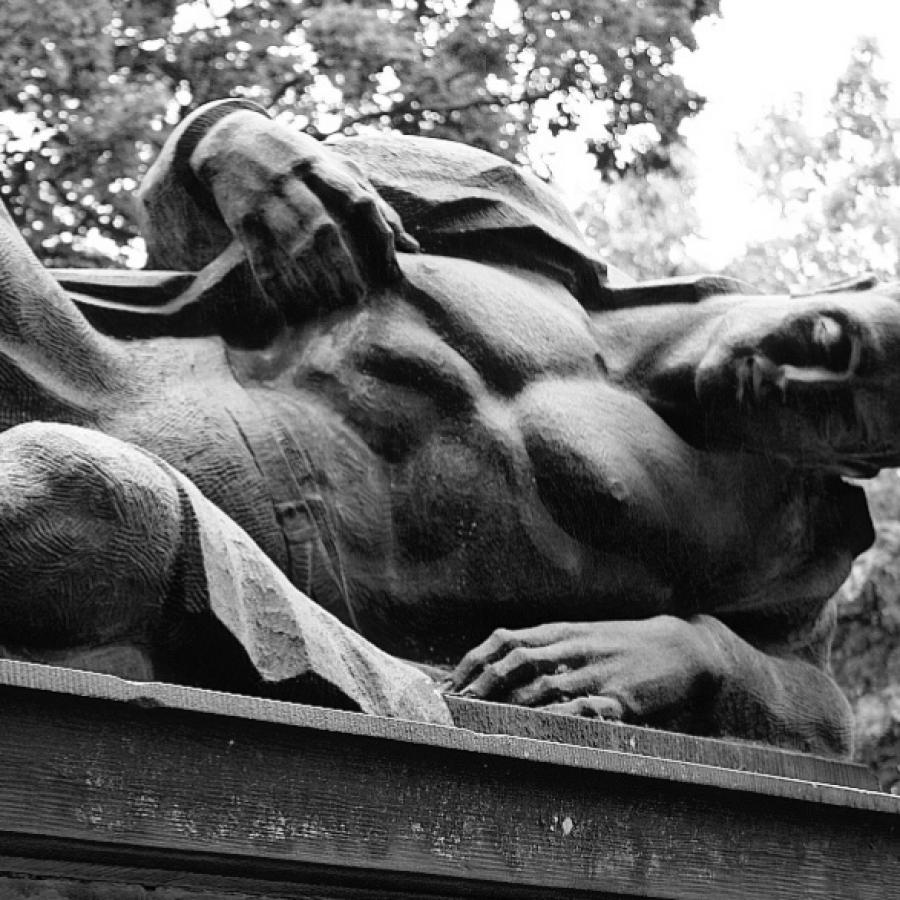 Liggende mand skulptur