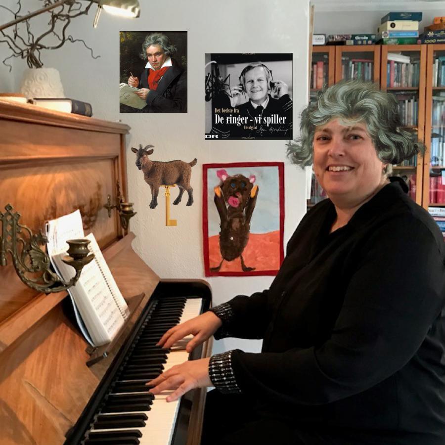 Karen ved klaveret